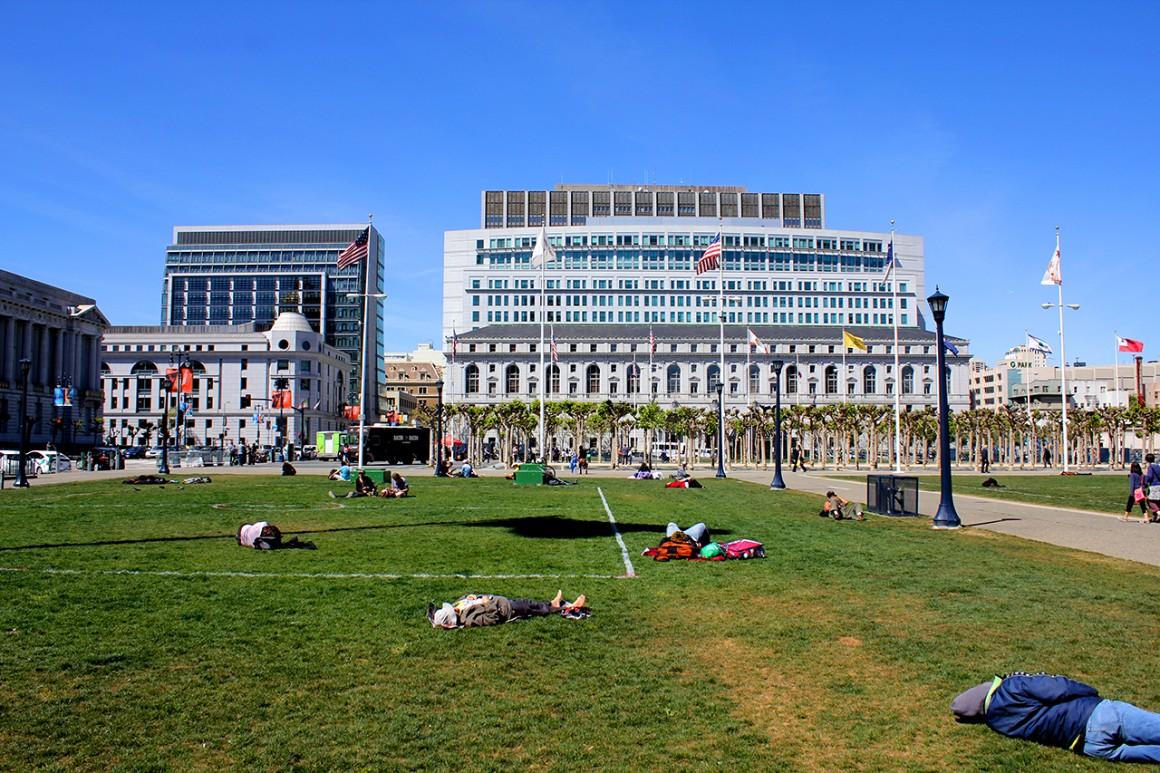 tutaj sam środek miasta - centrum biznesowe i .. sypialnia dla bezdomnych